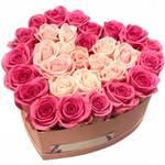Сердце из 31 розовой и кремовой розы в коробке