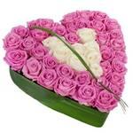 Сердце из 45 розовых и белых роз